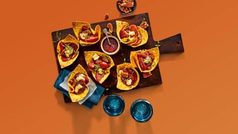 Wortelwrap-cups met stoofpeer, blauwe kaas en warme specerijensiroop
