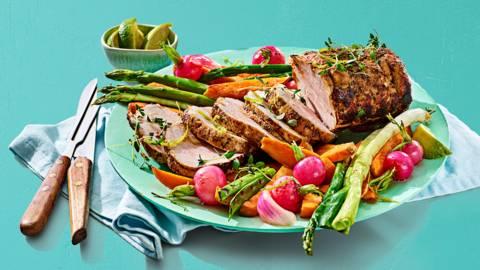 Varkensrollade uit de oven met geroosterde lente groenten en sojagember glaze