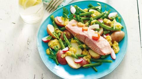 Warme salade van sperzieboontjes, aardappel en gepocheerde zalm