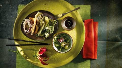 Tempura van groenten met gemarineerde komkommer