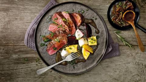 Struisvogelbiefstuk met sherryjus, rettich, koolraap en bietjes uit de oven