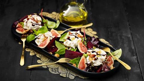 Buffelburrata met verse vijgen, basilicum, biet, geroosterde nootjes, rucolaslamelange en balsamicocrème