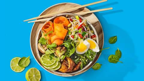 Aziatische pokébowl met gewokte groenten en gemarineerde speklapjes