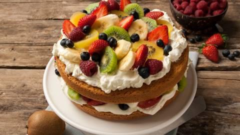 Slagroomtaart met verse vruchten