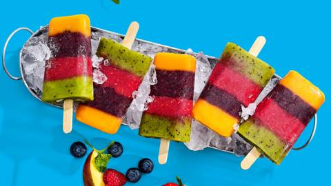 Zelfgemaakte regenboogijsjes van vers fruit