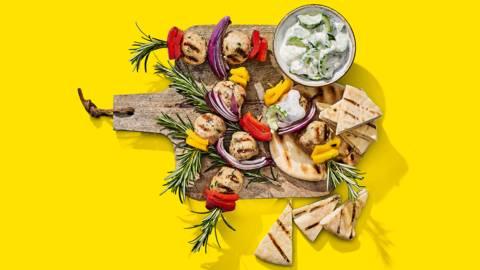 Griekse kipkebap-spiesjes met pitabroodjes en tzatziki