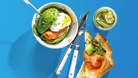 Avocado-sandwich met Schotse zalm en gepocheerd ei