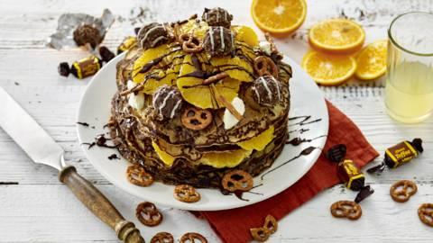 Pannenkoekentaart met laagjes speculoospasta, chocoladepasta, gekarameliseerde sinaasappel