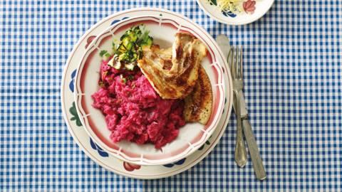 Stamppot bieten en kaas met gegrilde courgette en speklap