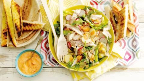 Salade gerookte forel met geroosterde paprikadressing