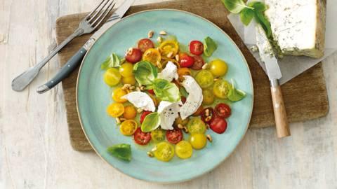 Tomatensalade met basilicum, pijnboompitten en luxe kaas