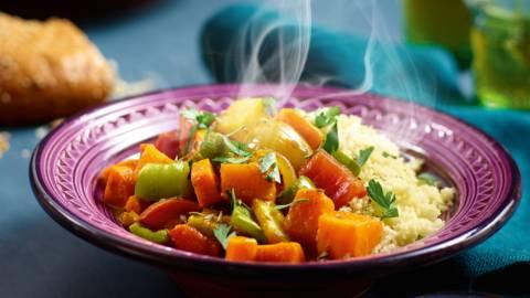 Zoete aardappel-tuinbonentajine met citroen, koriander en couscous