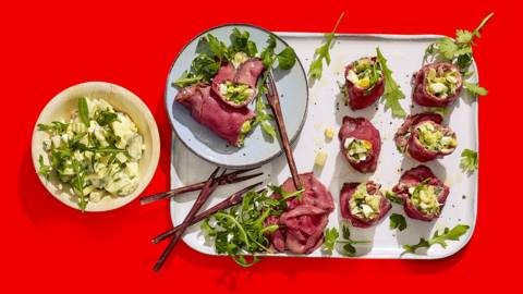 Cannelloni-rolletjes van rosbief gevuld met aardappel, prei, ei en groene kruiden