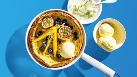 Luchtige ovenpannenkoek met limoensuiker en tropisch fruit