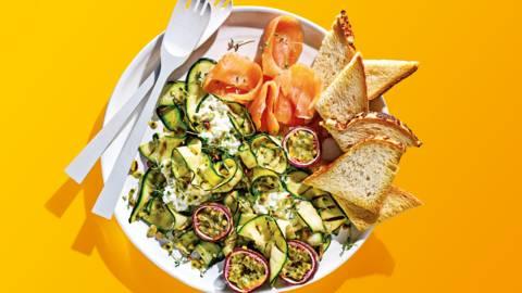 Gegrilde courgettesalade met cottage cheese, passievrucht en zalm