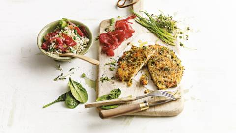 Groene kruiden kipschnitzels met spinazie, rijst en Italiaanse bresaola