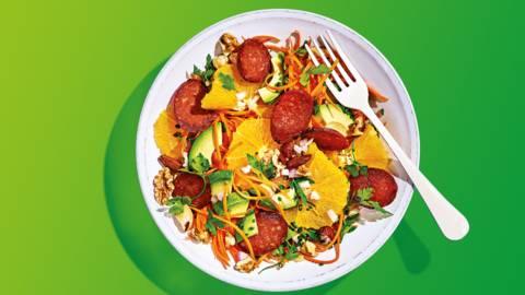 Sinaasappelsalade met wortel, noten, avocado en krokant gebakken chorizo