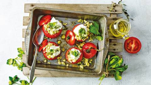 Gevulde tomaat met scrambled egg, pesto en buffelburrata