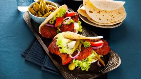 Köfte en Turkse salade met verse kaas en groene olijven op dürüm wraps