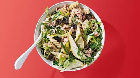 Pastasalade van tonijn met prei, peer, olijven en pijnboompitjes