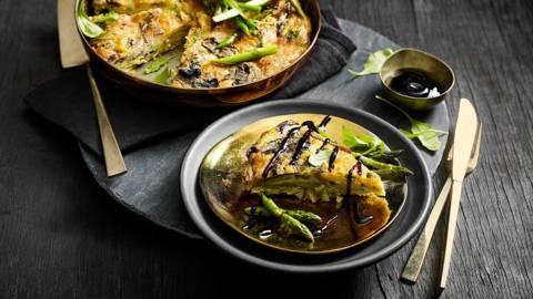 Paddenstoelen frittata met portobello, Pecorino, Vitelotte aardappeltjes en groene asperges