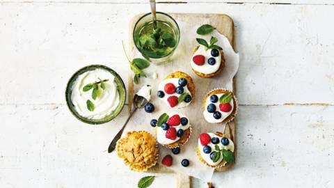 Carrotcake ontbijtmuffins van banaan en haver met blauwe bessen en frambozen