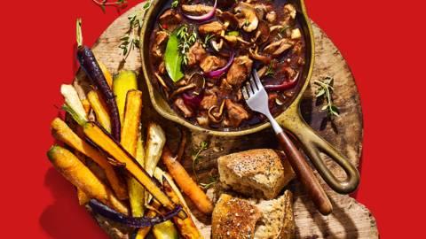 Stoofpotje van wildzwijn met paddenstoelen en wortel-pastinaakfriet