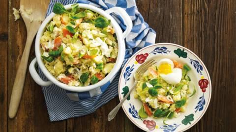 Stamppot krielaardappelen met lente-ui, bospeen, veldsla en een zacht gekookt ei