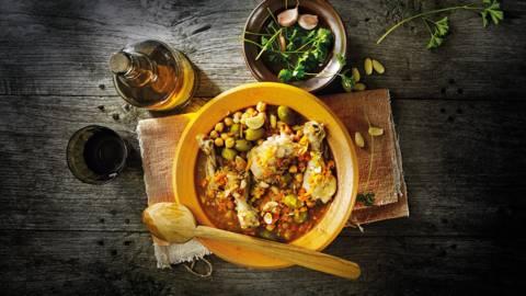 Moorse kippenbouten met knoflook, sherry, noten en kikkererwten