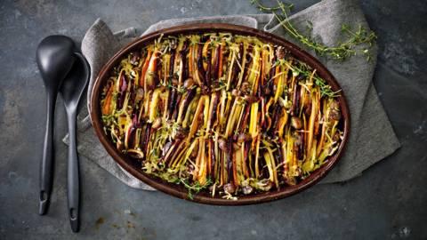 Herfstgroenteschotel van biet, zoete aardappel en pompoen, gegratineerd met oude kaas en kastanjes