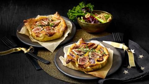 Geitenkaasquiches met verse vijgen en frisse salade van granaatappelpitjes, rode ui, walnoot en bimi