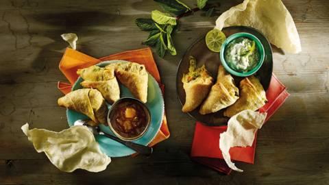 Groente somosa's met komkommer raita, mangochutney en papadams