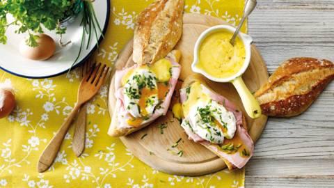 Gepocheerde eieren op luxe brood met ham en Hollandaise saus