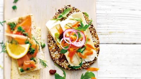 Geraspte bio wortel, brie, rozijnen en honing