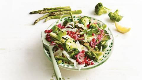 Broccolisalade met granaatappel, venkel, rozijnen, rode ui en groene asperges
