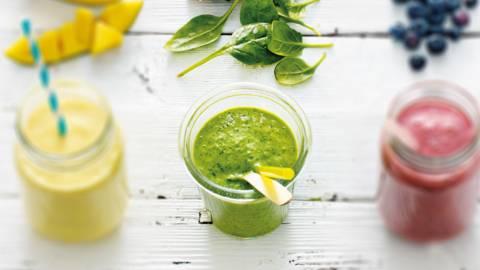 Smoothie van spinazie, ananas, kiwi, banaan en avocado