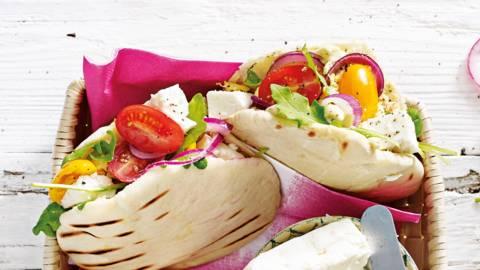 Pita met roerei, humus, feta en tomaat