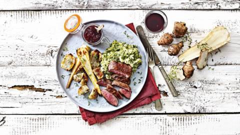 Ree met cranberrycompote, broccoli-spinaziestamppot met kruidenkaas, geroosterde aardpeer en pastinaak