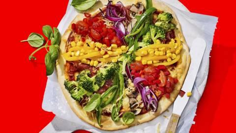 Hartige regenboogpizza met verse groenten