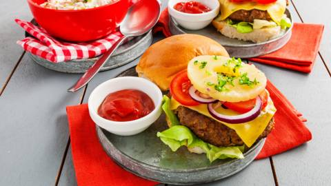 Broodje hawaï-burger met Amerikaanse koolsalade