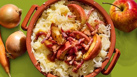 Zuurkoolstamppot met gebakken spek en appel