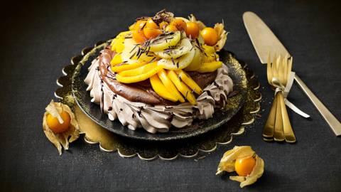 Chocolade pavlova gevuld met chocolademousse en gouden vruchten