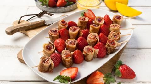 Pannenkoekspiesjes met aardbei en mangodip