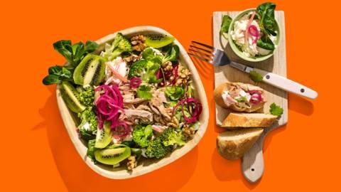 Pulled chicken salade met rauwkostsalade, veldsla, kiwi, broccoli en walnoten