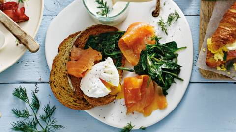 Noors ontbijt: gepocheerd ei, gerookte zalm, spinazie en toast