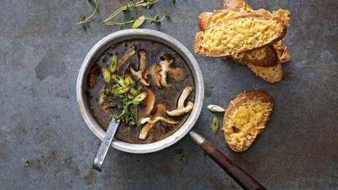 Wilde paddenstoelensoep met witte port en stokbroodjes met gegratineerde kaas