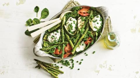 Groene groentesalade met wilde gerookte zalm en romige buffelburrata