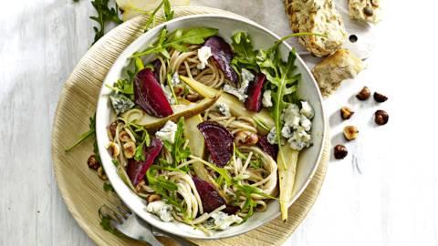 Volkoren spaghetti met geroosterde bietjes, gorgonzola, peer en nootjes
