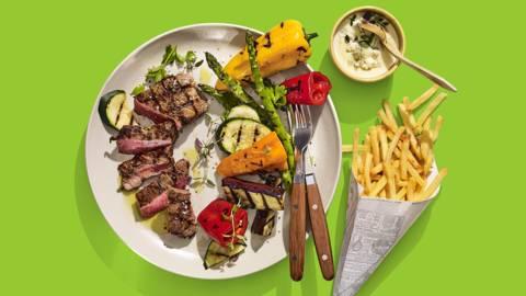 Gegrilde biefstuk met gorgonzolasaus, gegrilde groenten en ovenfrietjes