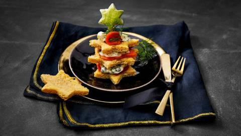 Broodtaartje van Sockeye zalm met luxe mayonaise, eiersalade en avocado-sterren
